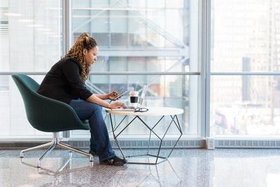 なぜ?座っているだけで腰が痛くなる…正しい座り方のコツ(職場や家庭で活用)